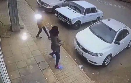 Bakıda qızdan qeyri-adi addım: Maşını daşladı - VİDEO